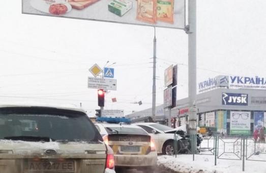 На перехресті пр.Тракторобудівельників та Ювілейного авто «влетіло» в стовп (фото)