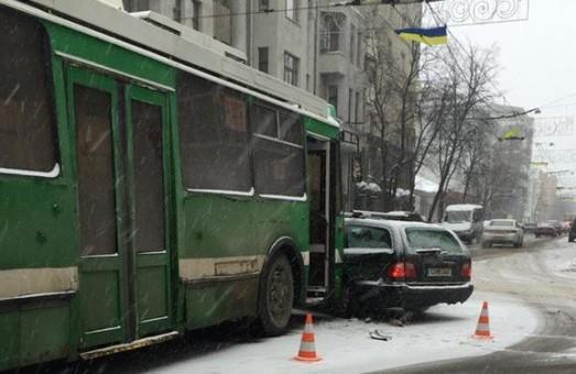 На перетині вулиць Сумської та Маяковського тролейбус зіткнувся з іномаркою