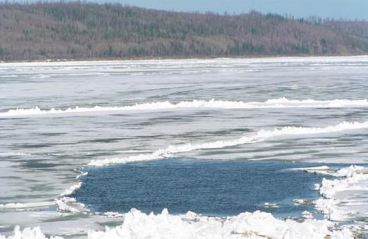 Крига на водоймах області товщиною всього 5 см, знаходитися на льоду небезпечно – рятувальники