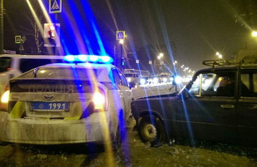 На перехресті пр. Гагаріна та вул. Молочної відбулася пригода за участю поліцейських (відео)