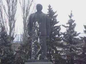 на ізюмщині облили монумент леніну