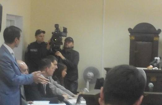 Захист мера Кернеса звернувся до судді з вимогою покарати постраждалого