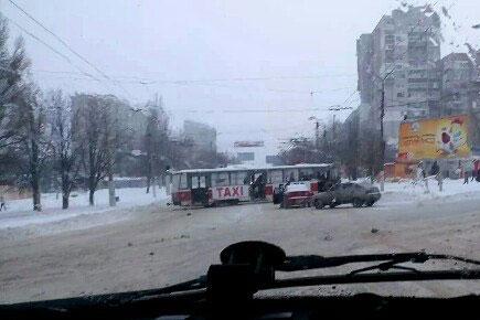 На перехресті Гвардійців Широнінців та вул. Героїв праці трамвай зійшов з рейок