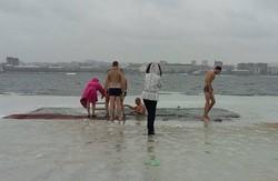 На Дніпропетровщині у крижану воду під час зйомок купання на Хрещення впав оператор з телекамерою (фото)