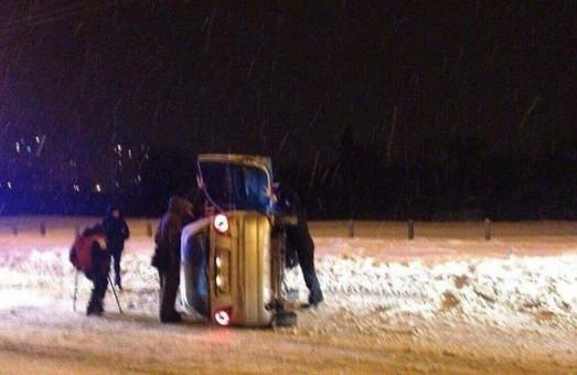 Уночі поліцейські допомогли людині з обмеженими можливостями  вийти з авто, що перекинулося (фото)
