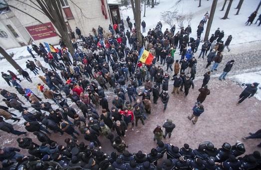 У Молдові тривають масштабні акції протесту. Мітингарі заблокували будівлю парламенту (фото, відео)