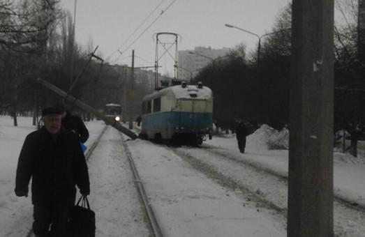 На Героїв Праці електротранспорт врізався у стовп (фото)