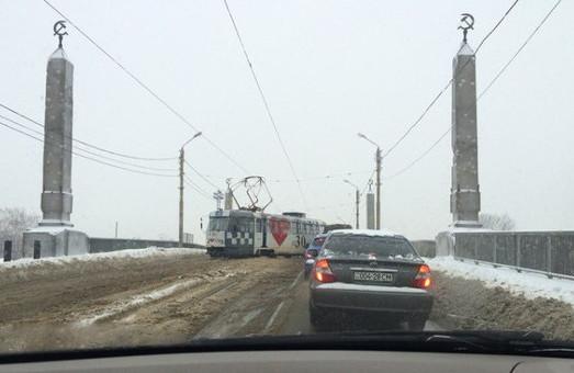 трамвай перекрив рух на балашовському мосту у харкові 28 січня 2016 року