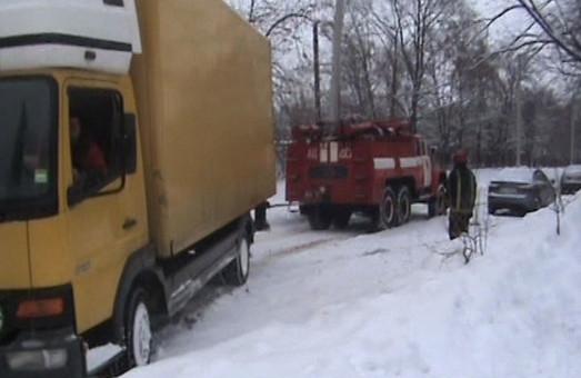 рятувальники витягли зі снігу більше 15 вантажівок на харківщині