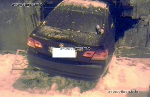 На Харківській набережній іномарка врізалася у паркан (фото)
