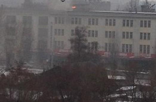 У Харкові у будівлі, розташованій поблизу велозаводу, зайнялося полум'я (фото)