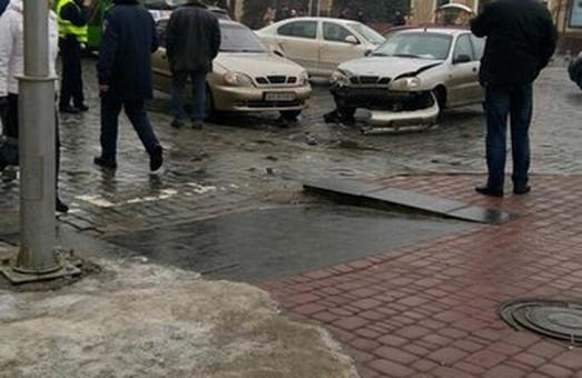 Поблизу будівлі ХОДА  зіткнулося два «ланоси» (фото)