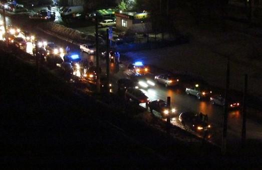 На проспекті Тракторобудівників сьогодні ловили людей, які напали на водія таксі. Поліція надала коментарі