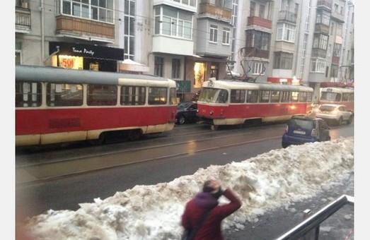 У Харкові треба дозволити трамваям «таранити» авто, що припарковані на зупинках електротранспорту, - петиція від городян