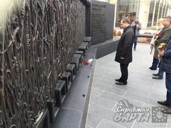 Делегація Харківської області на чолі з губернатором Ігорем Райніним вшанувала пам'ять жертв Голодомору 1932-33 років