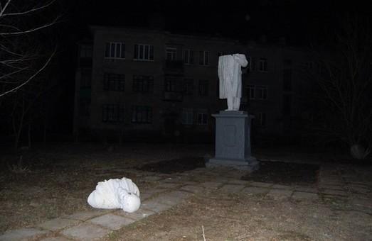 У селищі Есхар зруйнували монумент вождю робочого класу (фото)