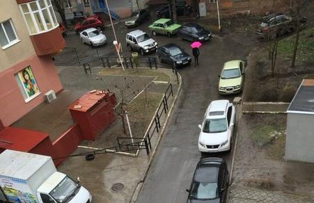 Нагромадження авто перемістилися з тротуарів у двори