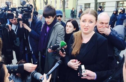 До учасників мітингу вийшла прес-секретар облпрокуратури