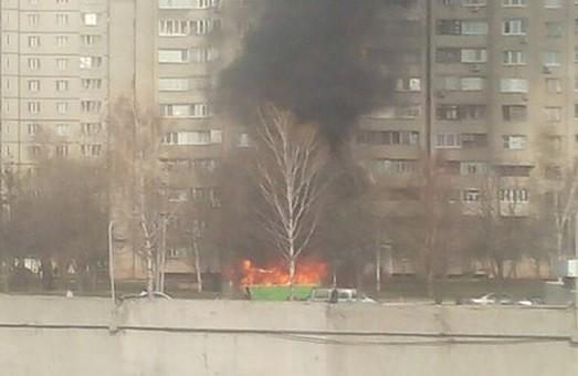 На проспекті Перемоги горіла маршрутка. Мешканці вирішили, що пожежа у домі (фото)