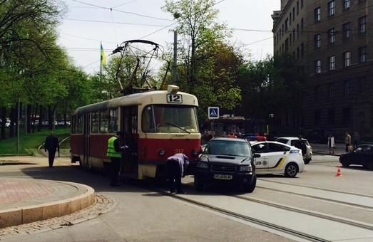 В центрі міста трамвай протаранив іномарку