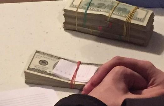 Харківський прикордонник попався на хабарі у 10 тисяч доларів
