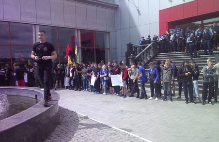 Активісти блокують бізнес-форум Клименка