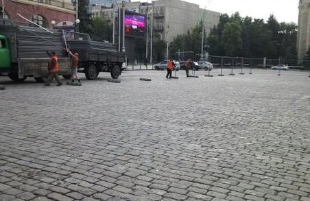 На площі Свободи будують «футбольне містечко»