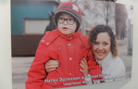 Відомі особистості  Харкова підтримують «сонячних» діток у новому фотопроекті