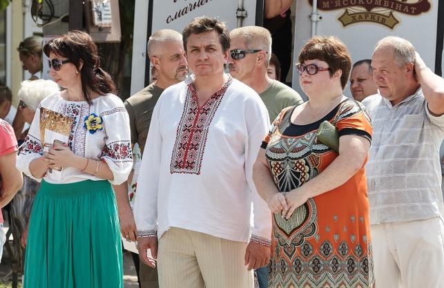 """Чарiвнi яйця: """"Азов"""" полив мера-сепаратиста зеленкою та заставив одягти вишиванку"""