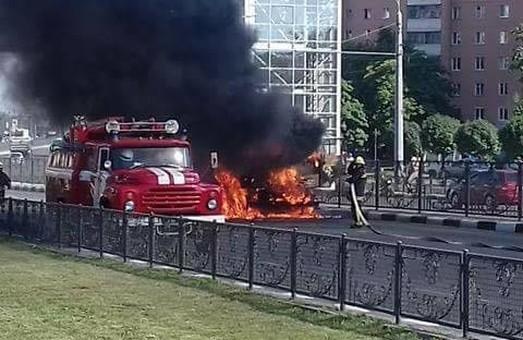 Пожежа на Проспекті Гагаріна: палаючий цементовоз перекрив рух