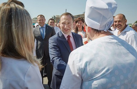 Райнін вручив 18 санітарних машин амбулаторіям Харківського району (ФОТО)