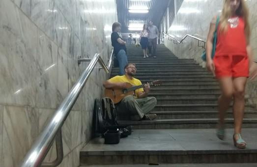Харківський опозиціонер Бистриченко заспівав у метро (ФОТО)