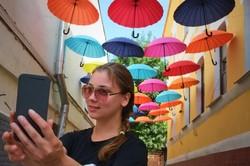 Між домами на Сумській з'явилася алея парасольок