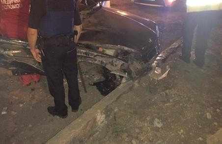 У Харкові автомобіль BMW врізався у відбійник: двоє загиблих (ФОТО)