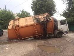 У Харкові сміттєвіз провалився крізь асфальт (ФОТО)