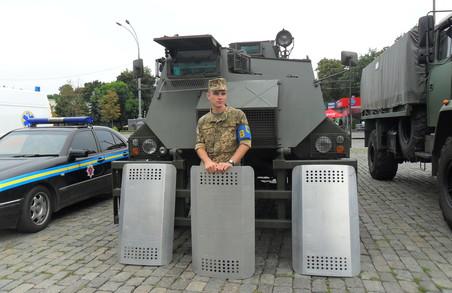 Харків'янам показали  новітню військову техніку і запросили служити на контракт