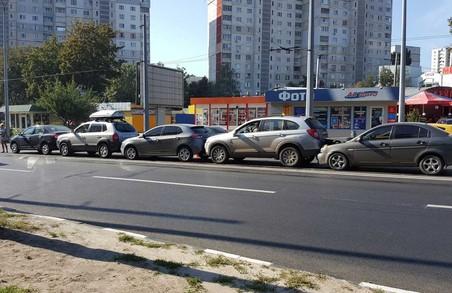 Відразу п'ять автомобілів зіткнулися на Асхарова
