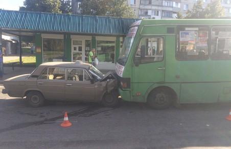 На Салтівці таксі протаранило маршрутку (ФОТО)