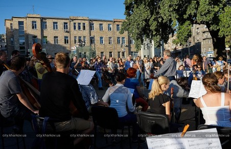 У центрі міста просто неба відбувся симфонічний концерт