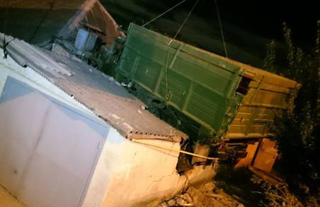 На Жуковського вантажівка вилетіла на дах будинку (фото)