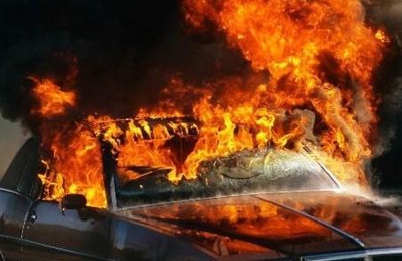 В Харкові згоріла автівка разом з водієм