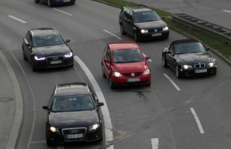 Харківських автомобілістів зобов'язали вмикати фари за містом