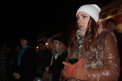 Хвилина мовчання, квіти та лампадки. У Харкові відбувся мітинг до Дня захисника України