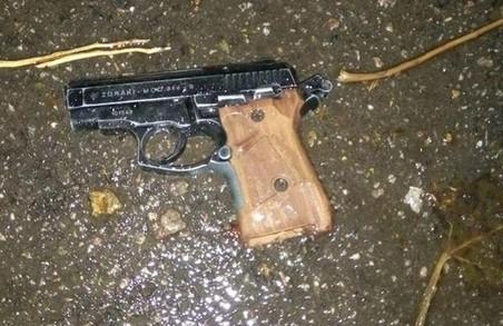 У Запоріжжі сталася перестрілка. Її влаштували невідомі особи, які потім викинули пістолет