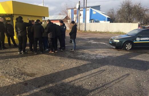 У Змійові активісти ЦК «Азов» призупинили діяльність заправки, що працювала без документів