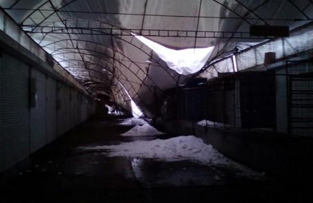 Наслідки снігопаду: на території торгцентру обвалився дах (ФОТО)
