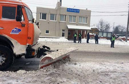 Поліцейські витягли водія із снігового замету (фото)