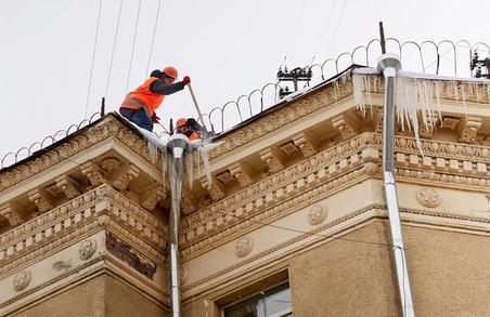 В Харкові знімають бурульки та сніг з дахів