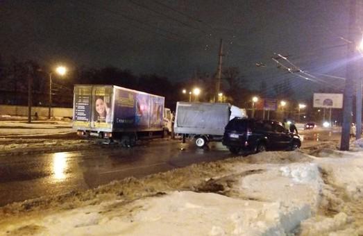 """На Московському проспекті зіткнулись """"Toyota Prado"""" і """"Газ"""""""