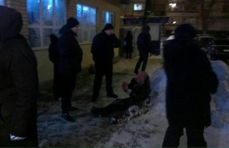 Невідомий, відпочиваючи в снігу, палив навкруги з револьвера